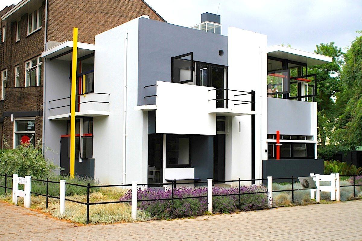 Rietveld-Schröder-Haus.  1924 nach dem Entwurf des niederländischen Architekten und Tischler Gerrit Rietveld erbaut. Es zählt zu den wichtigsten Bauwerken der De Stijl-Bewegung. 1976 wurde es als Rijksmonument unter Denkmalschutz gestellt, die UNESCO nahm es 2000 in die Liste des Welterbes auf.