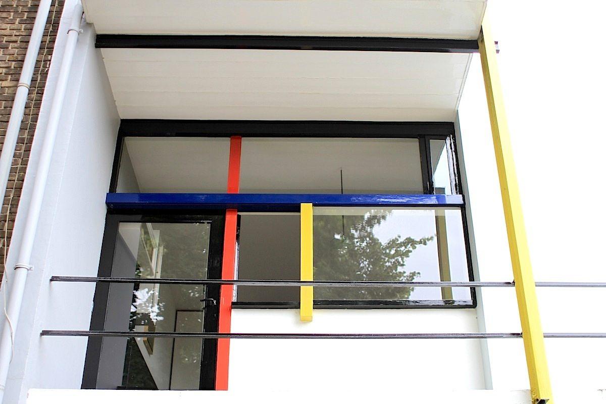 """Rietveld-Schröder-Haus.  Für Rietveld war es das erste Haus, das er baute. Die Auftraggeberin Truus Schröder mochte seine Arbeit und hatte klare Vorstellungen für ihr Haus. """"Können die Wände auch verschwinden?"""", fragte Truus Schröder den Architekten, als dieser getrennte Schlafzimmer für das Obergeschoss vorsah. Seine Antwort: """"Aber mit Vergnügen, weg mit diesen Wänden!"""""""