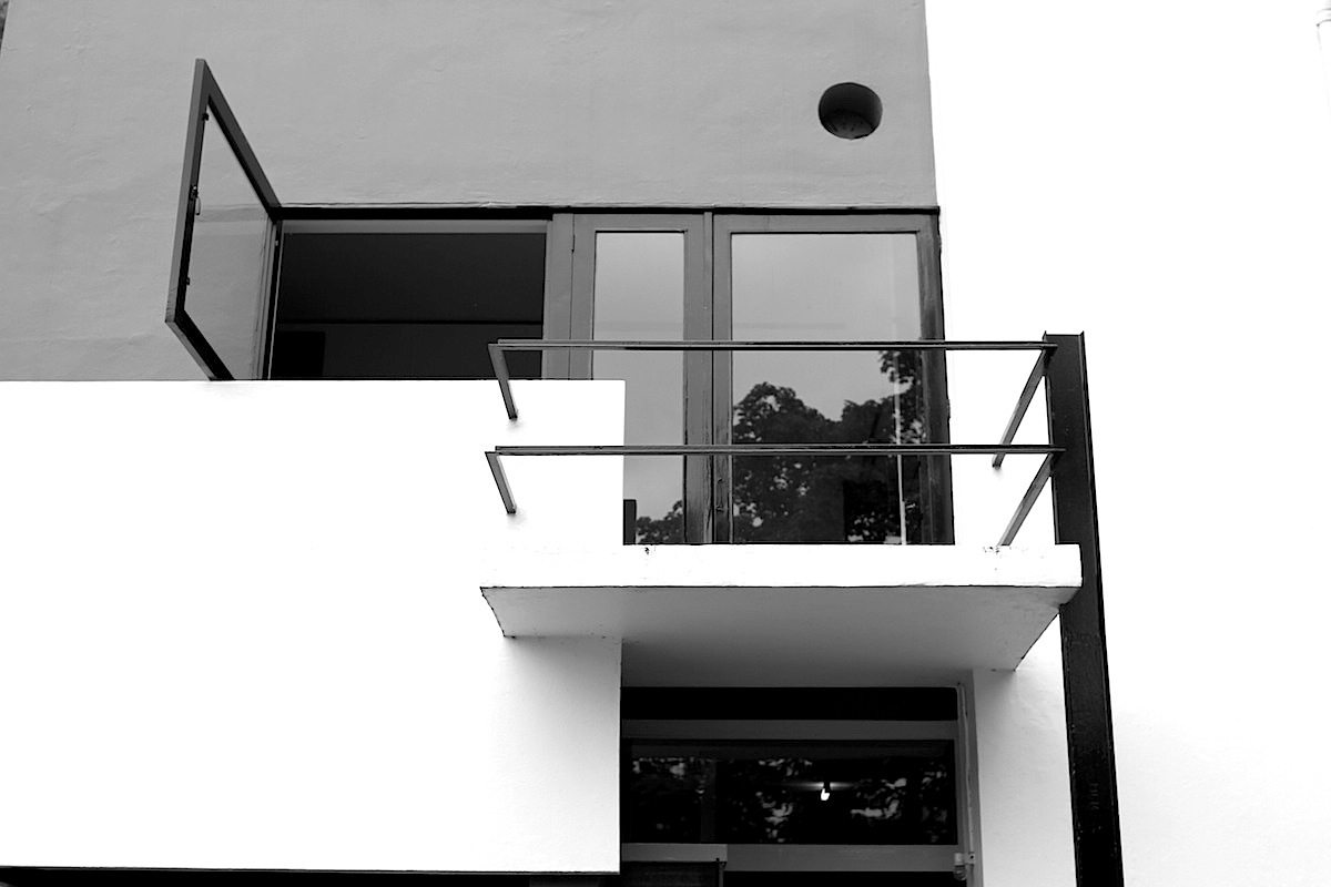 Rietveld-Schröder-Haus. Bei meiner Audiotour wurde unsere Gruppe von einem Mitarbeiter des Museums begleitet. Dieser zelebrierte die Öffnung und Verwandlung des Wohnbereichs im ersten Stock zu einem einzigen, großen Raum, indem er die Trennwände zusammenklappte und –schob. Was für eine Raummetamorphose!