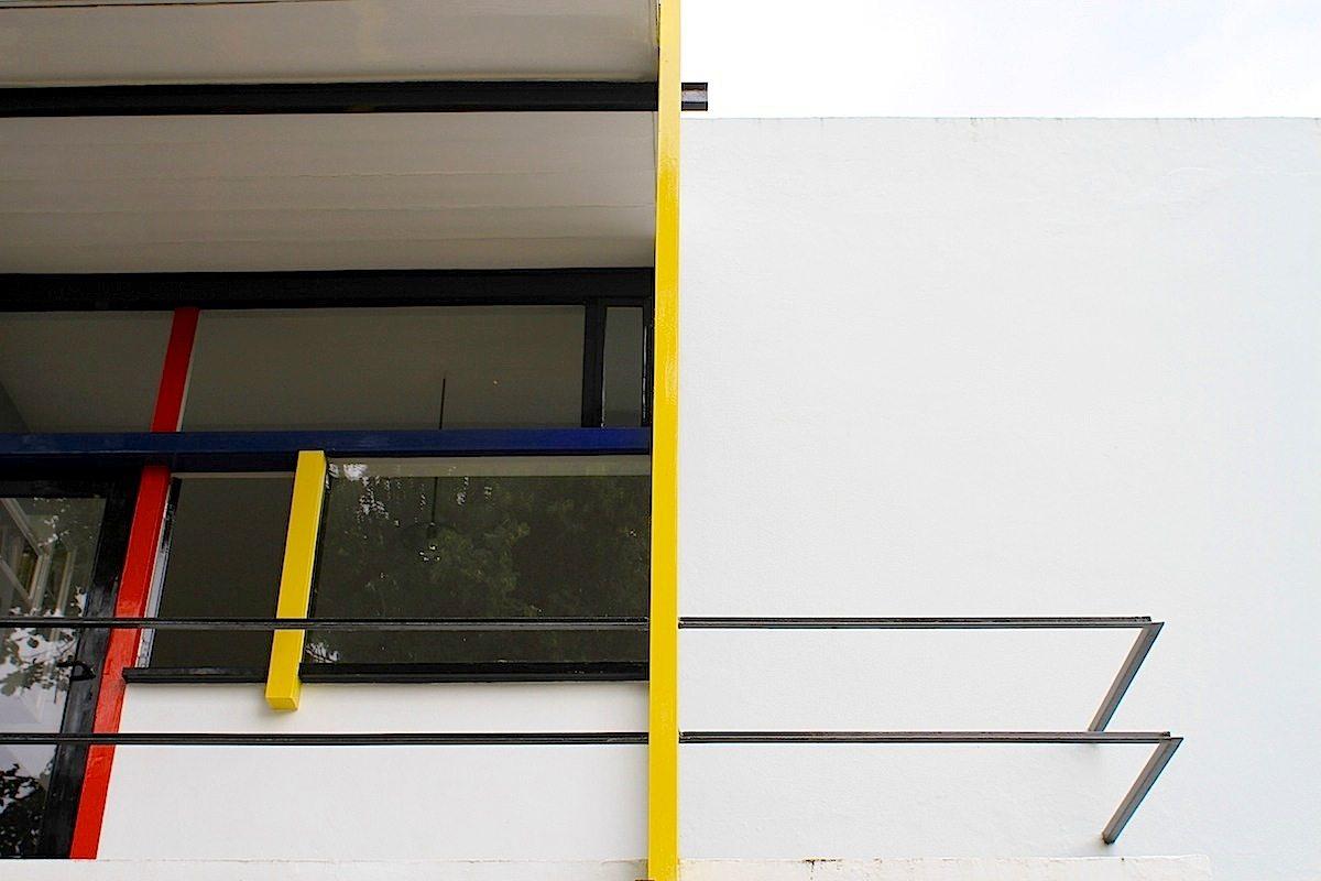 Rietveld-Schröder-Haus.  Rietveld setzte Farbe ein, um die räumliche Struktur seiner Arbeit zu betonen. Mit gezielten Eingriffen hob er die Beengung des Raums auf.