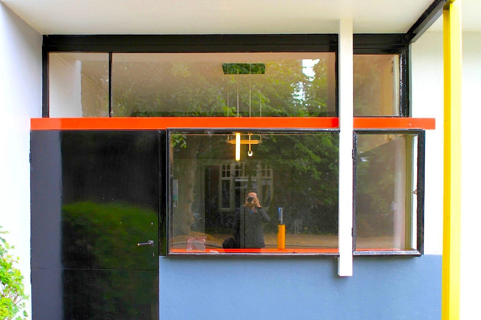 Rietveld-Schröder-Haus. Das Haus ist aus Ziegeln, Holz, Eisen und Glas auf einem Betonfundament errichtet.