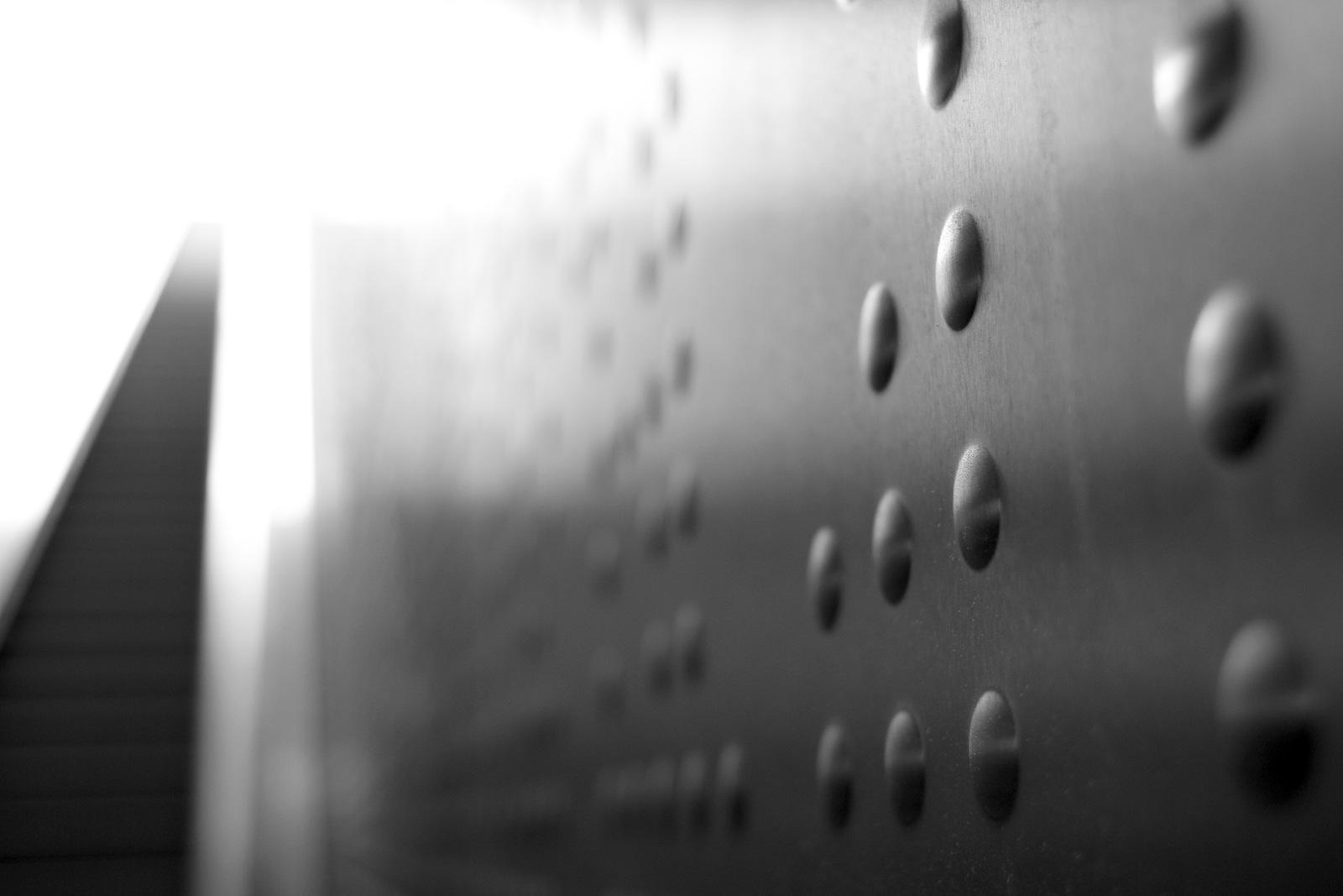 Station Benrather Straße.  Sie erinnern an einen binäre Code oder eine Matrix.