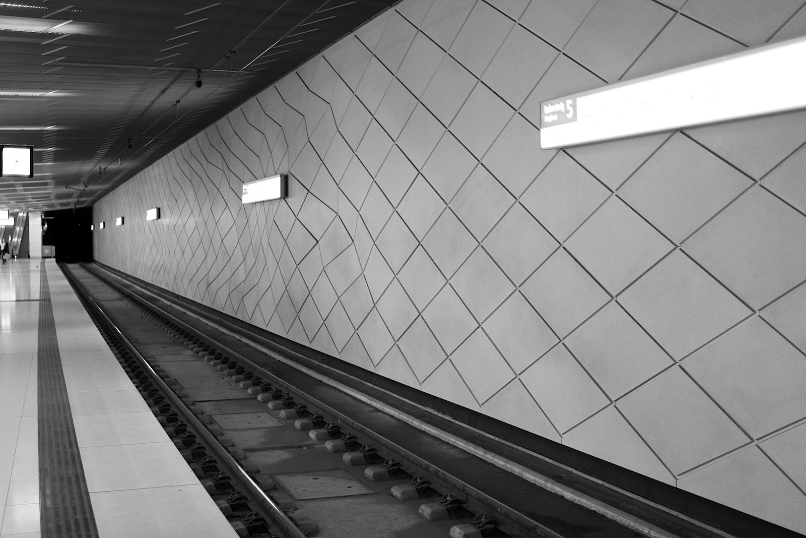 Station Heinrich-Heine-Allee.  Die reliefartige Netzstruktur des Kontinuums.