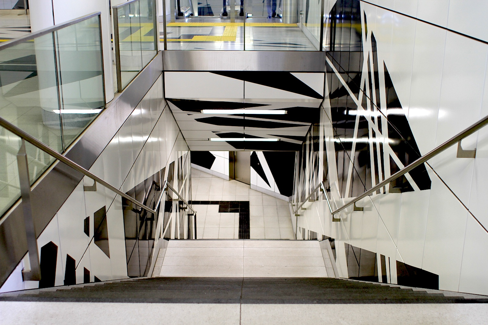 Station Pempelforter Straße. Das Bandgefüge ergibt sich nach den Brechungen mit der Raumgeometrie ...