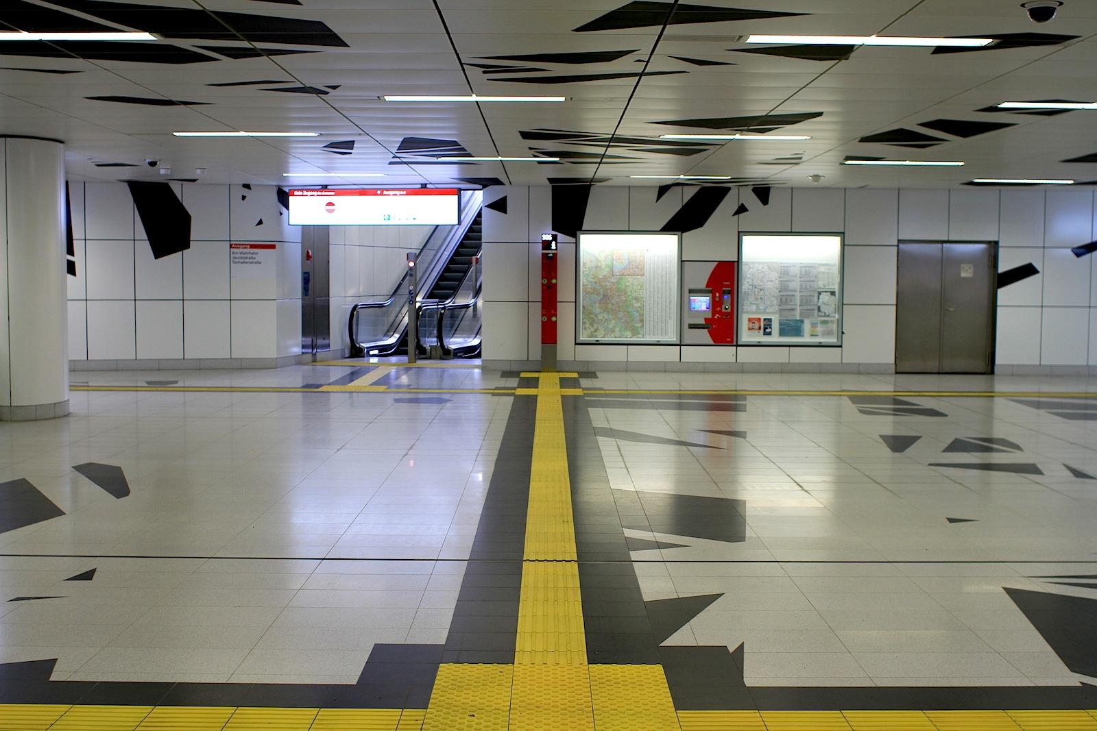 Station Pempelforter Straße.  Sie hat die Bewegungsrichtung von jedem Zugang aufgenommen ...