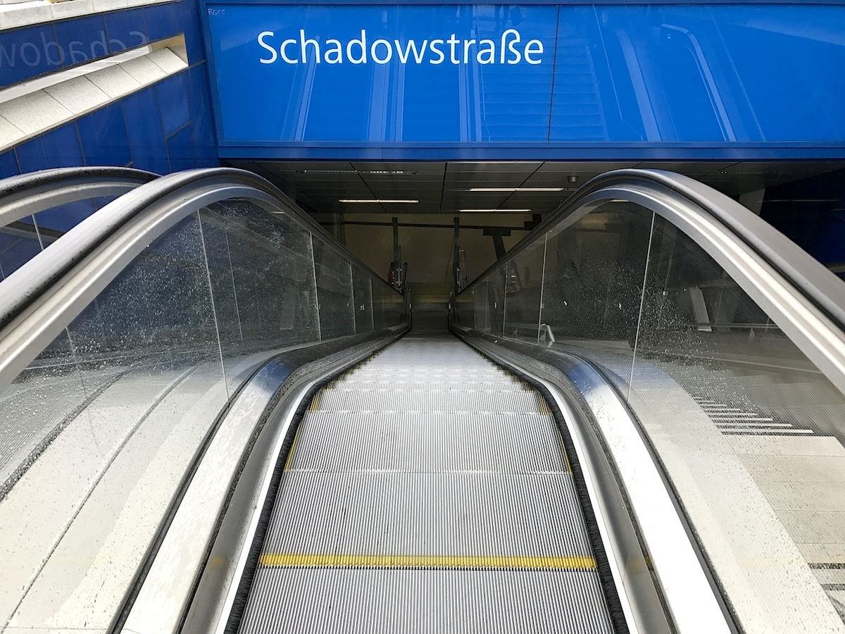"""Station Schadowerstraße.  """"Turnstile"""" von Ursula Damm"""