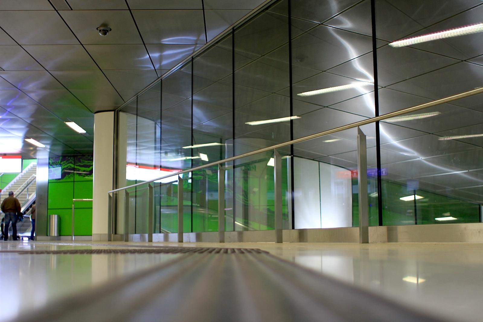 Station Graf-Adolf-Platz.  Die gläserne Wandverkleidung wurde ...