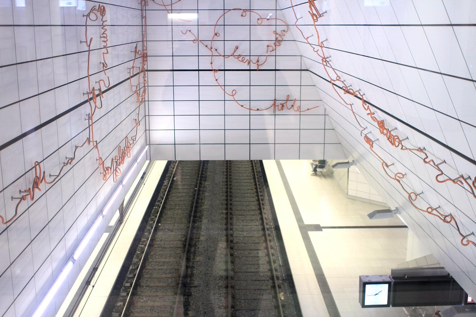 Station Kirchplatz.  Nach dem Schmiedeprozess wurde der Strang mit orangerotem Farbpulver beschichtet.