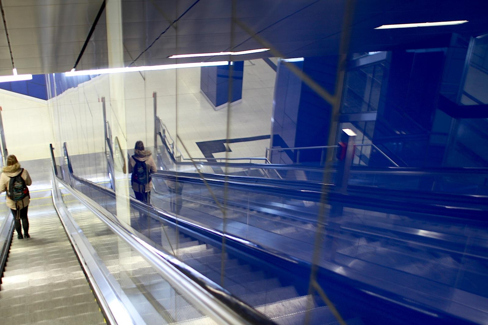 Station Schadowstraße.  In die blauen Glasflächen sind z. T. raumhohe Platten eingebaut ...