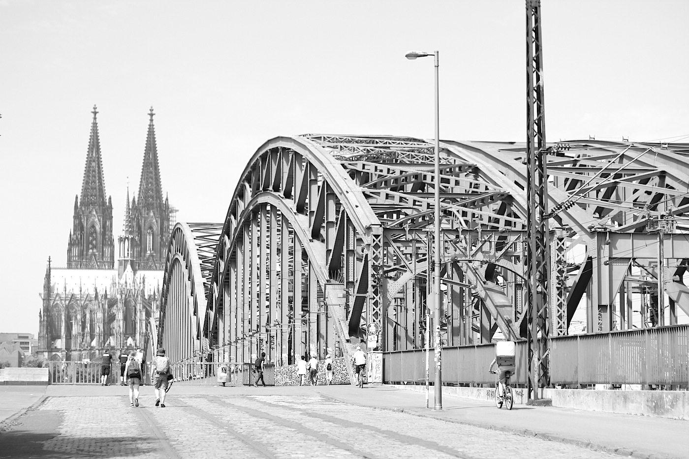Dom von Osten. mit der 1911 errichteten Hohenzollernbrücke. Franz Schwechten entwarf die Portale und Türme; Friedrich Dircksen, Fritz Beermann (EBD Köln) waren für die Stahlbögen und Konstruktion verantwortlich. Die Bogenbrücke ist knapp 410 Meter lang und knapp 30 Meter breit.