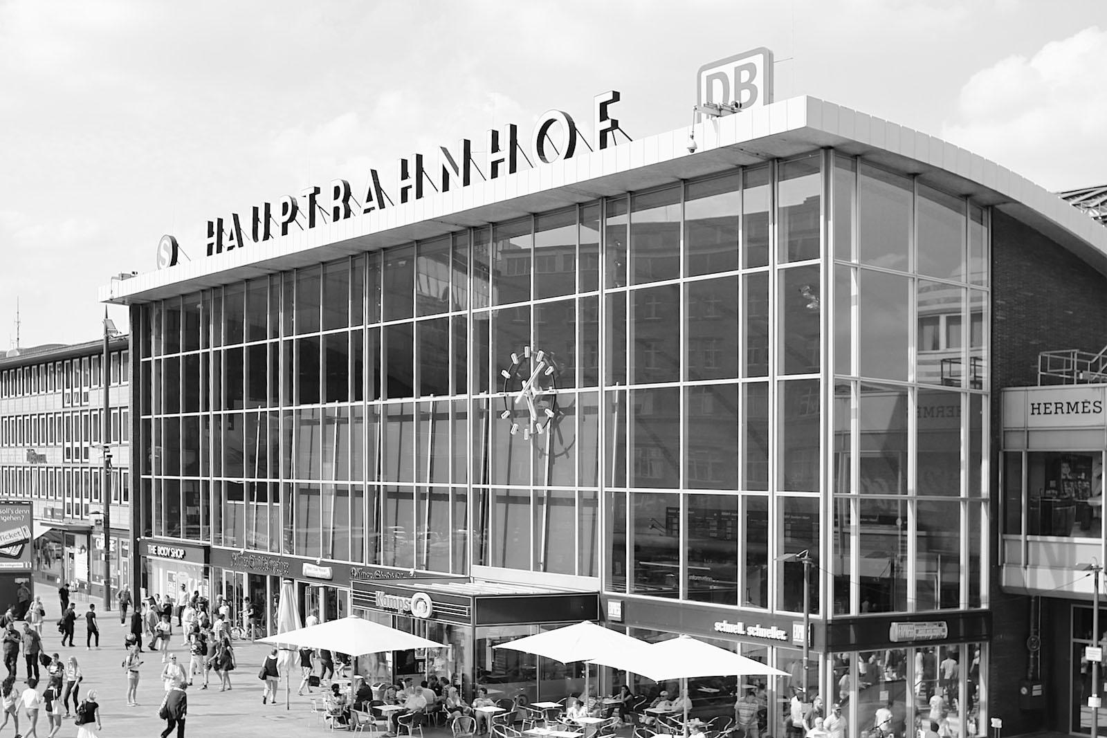 Hauptbahnhof. Im September 1957 wurde die Empfangshalle eröffnet. Die Architekten Schmitt und Schneider konzipierten ein transparentes, lichtes Bauwerk mit einer schalenförmigen Dachkonstruktion und einer voll verglasten Fassade. Eine Halle, die sich dem Bahnhofsvorplatz und der Stadt hin öffnet.