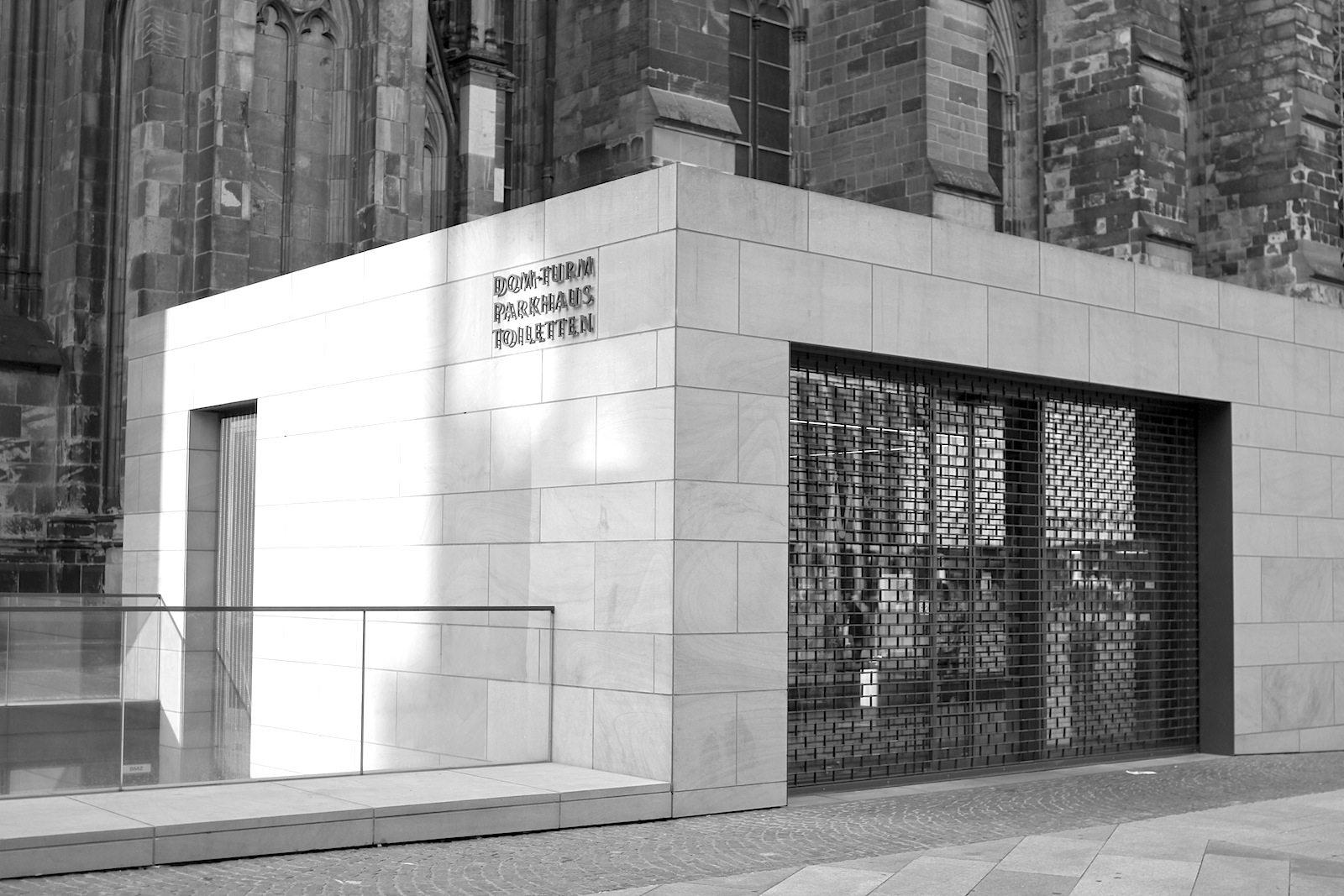 Neubau eines Zugangsbauwerkes zum Südturm, 2009. Minimalistisch-kubische Pavillonarchitektur am Dom.