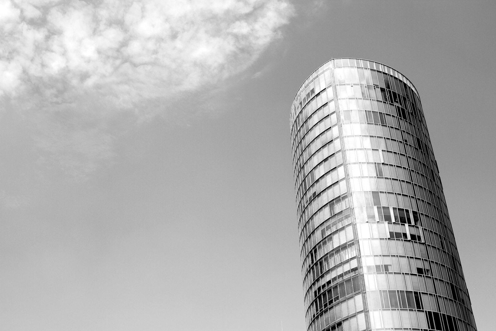 KölnTriangle. von Gatermann & Schossig. Fertigstellung 2006 und mit insgesamt 103 Meter Höhe eines der höchsten Bauten auf der rechten Rheinseite.