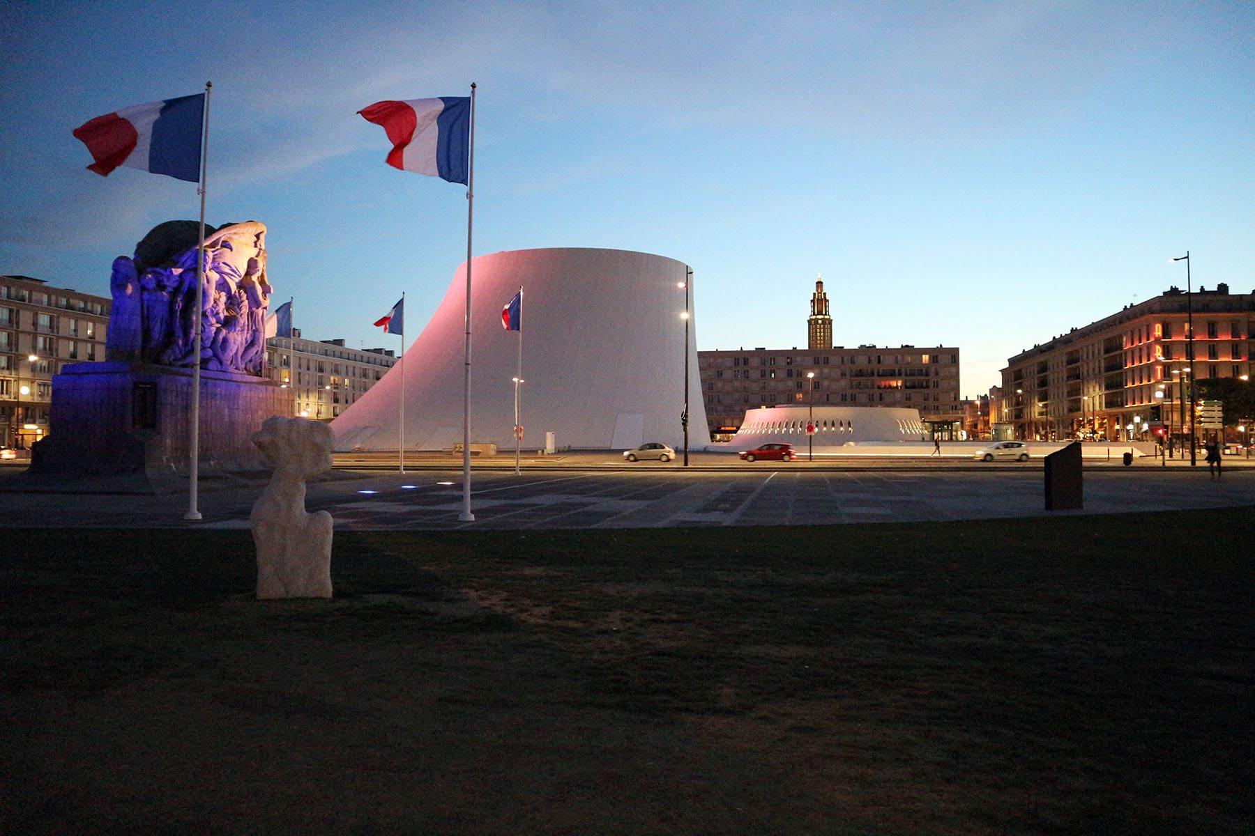 """Le Volcan.  Die Place de l'Hôtel-de-Ville und die Place Niemeyer mit dem Kulturzentrum """"Le Volcan"""" sind die beiden zentralen Plätze der Stadt und zugleich Start- und Angelpunkte aller Parcours im Rahmen der Festivitäten."""