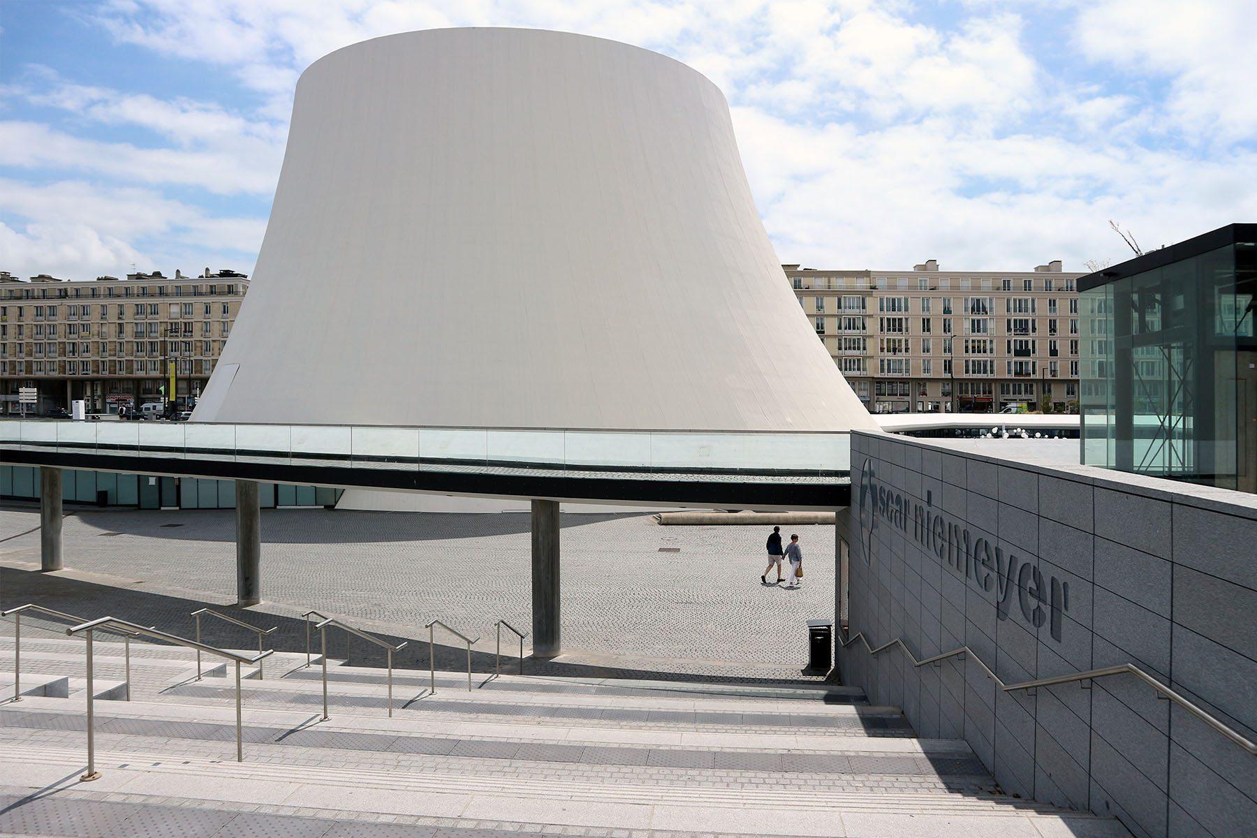 Le Volcan.  Der strahlend weiße Gebäudekomplex wurde ab 1978 von Oscar Niemeyer entworfen und 1982 als Haus der Kulturen der Welt eröffnet.
