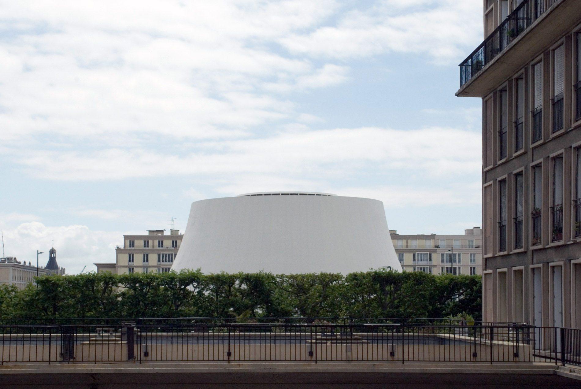 """Le Volcan. 2014 wurde das Ensemble umfassend saniert. Seitdem befindet sich im """"großen Vulkan"""" die Scène Nationale und eine Bar im Retro-Style. Es ist das größte Gebäude mit hyperbolischen Formen. Im """"kleinen Vulkan"""" sind seit 2015 die Bibliothek und Mediathek von Le Havre beheimatet."""