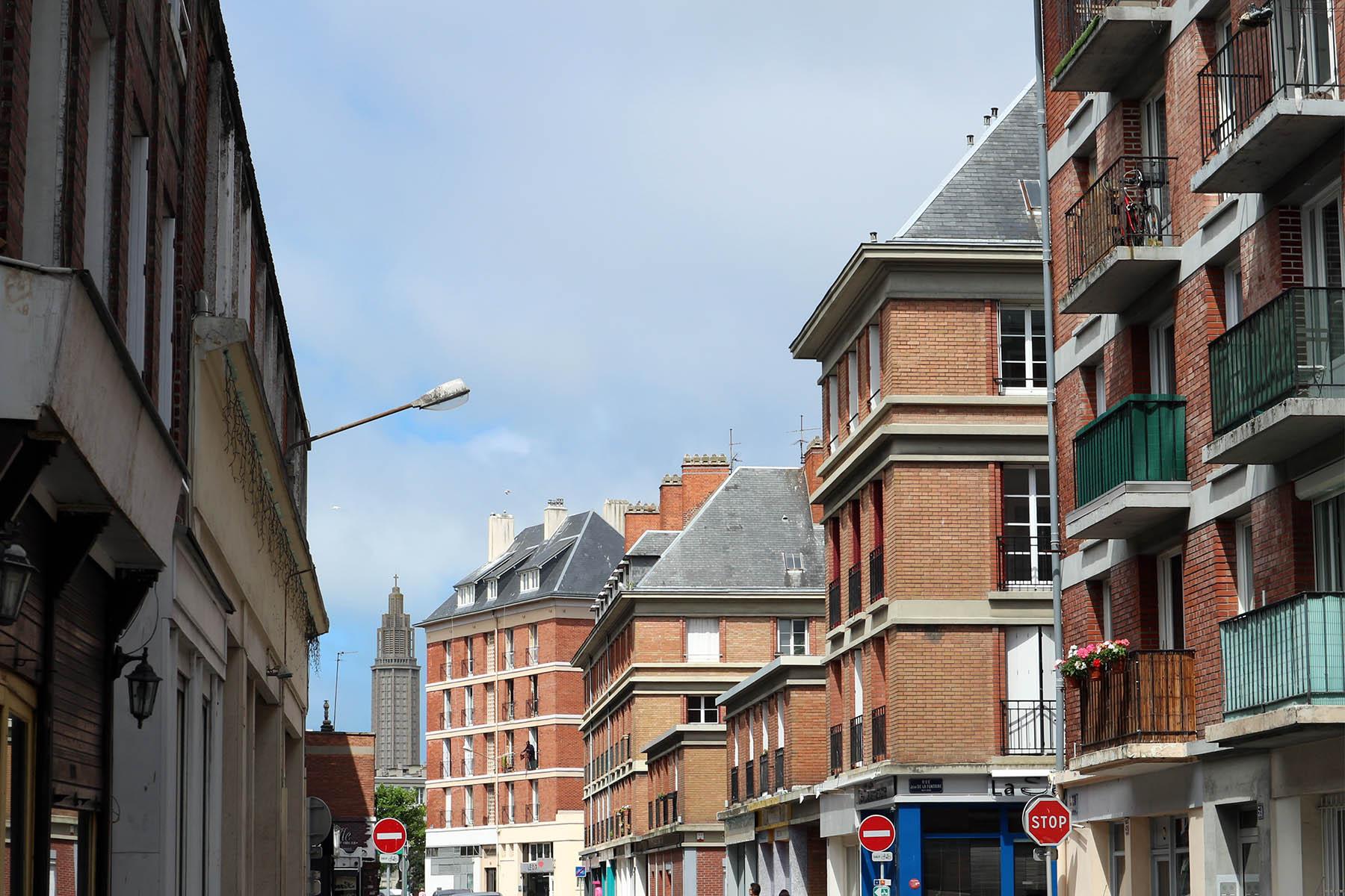 Parcours Les Bassins.  Der Stadtteil Saint-Francois liegt auf einer Insel. Er ist der älteste Stadtteil LH. Anders als im monumentalen Dreieck Perrets wurde hier der historische Stadtgrundriss beibehalten. Die in Stahlbeton-Skelettbauweise errichteten Häuser wurden regional typisch mit Backstein und Schiefer verkleidet und mit schrägen Dächern gedeckt.