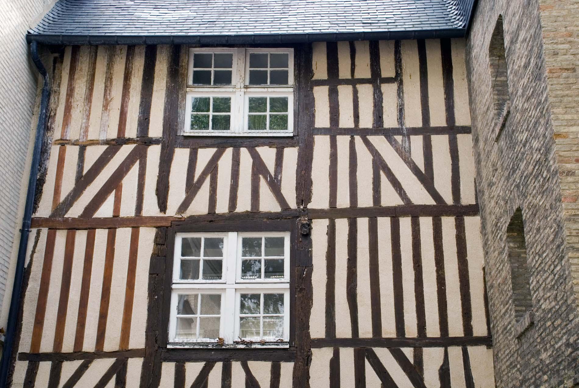Parcours Les Bassins.  ... mit Details, die an ein englisches Cottage erinnern ...