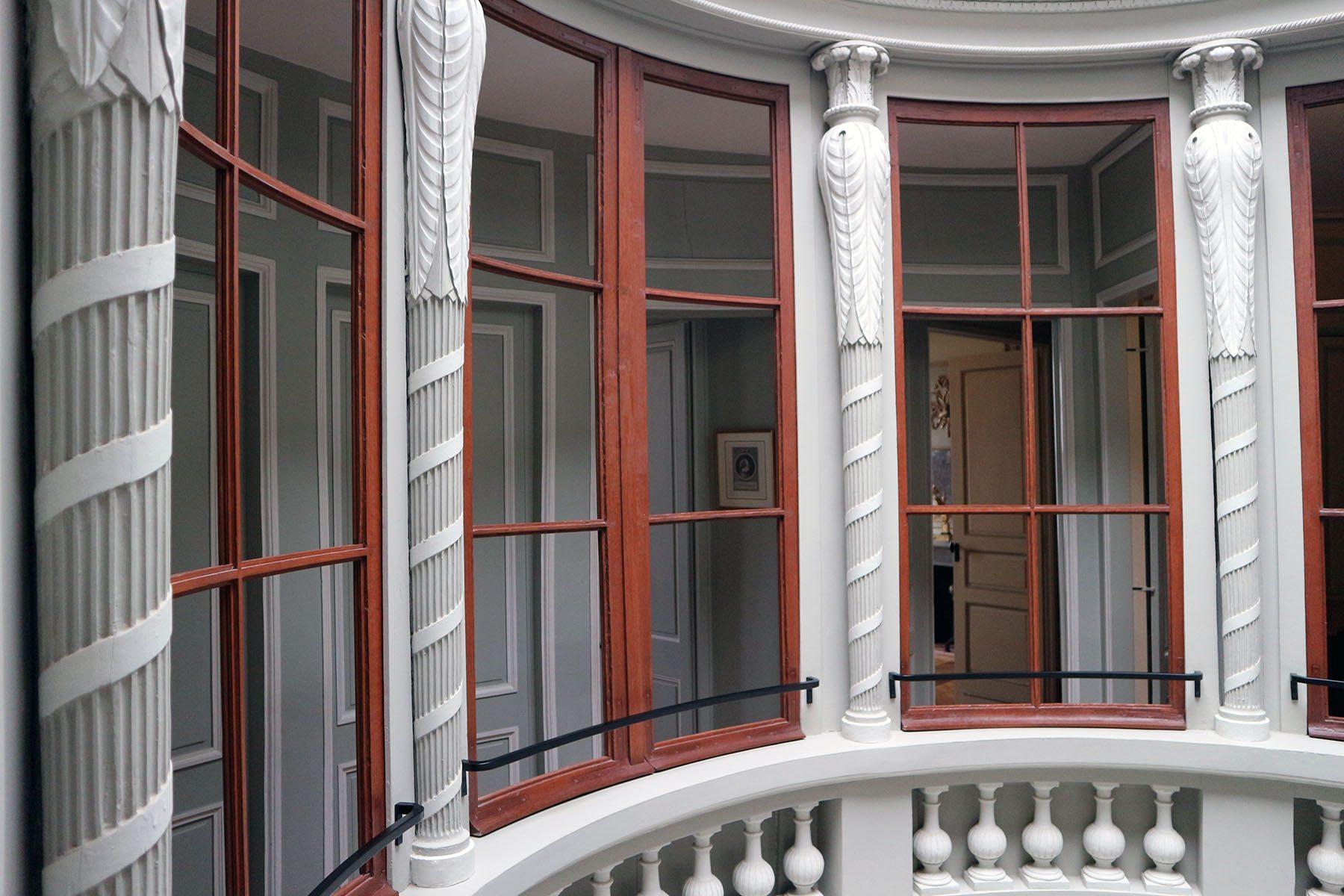 Parcours Les Bassins. Das Zentrum bildet ein außergewöhnlicher Lichthof. Der Architekt Paul-Michel Thibault hatte zuvor Le Havres Festungen und eine ganze Reihe Leuchtürme realisert. Für das Maison de l'Armateur entwarf er eine invertierte Variante der Türme. Durch den oktogonalen Hof konnten alle innenliegenden Zimmer natürlich belichtet werden.