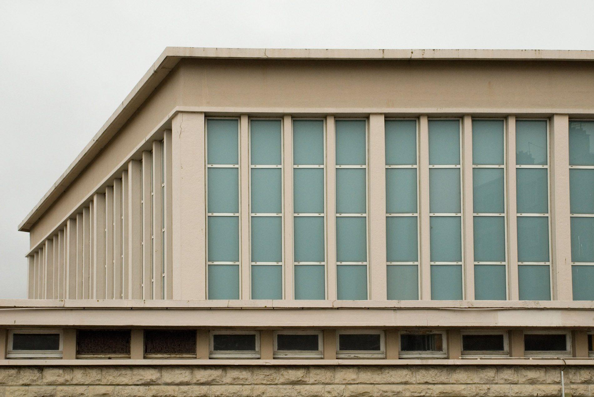 Parcours Les Bassins. Am benachbarten Quai de l'Ile steht die 1952 von den Architekten Charles Fabre und Jean Le Soudier errichtete Fischhalle. Der schöne schlichte Bau ist meist geschlossen und wird manchmal als Ausstellungs- und Veranstaltungsort genutzt.
