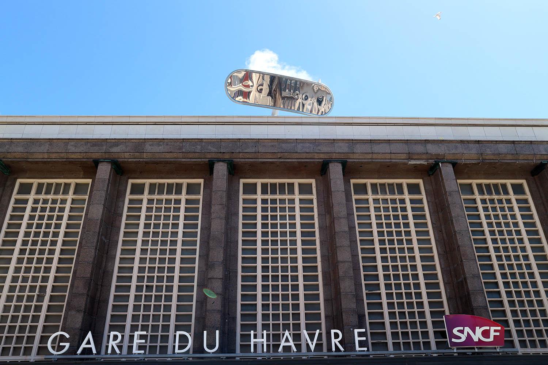 """Parcours Les Bassins.  Über dem Hauptportal des 1932 von Henri Victor Pacon errichteten Hauptbahnhofs schimmert ein riesiger Spiegel, die Installation """"L'Altoviseur"""" von Julien Berthier."""