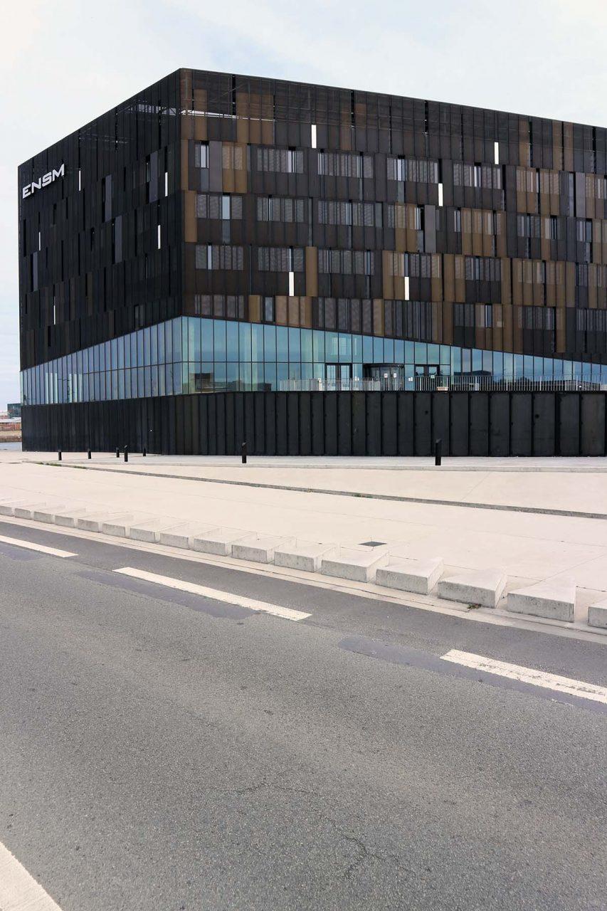 Parcours Les Bassins. Seit 2015 markiert der schwarze Bau der École Nationale Supérieure Maritime (ENSM) Le Havre von AIA Associés den Anfang des neu entstehenden Quartiers.