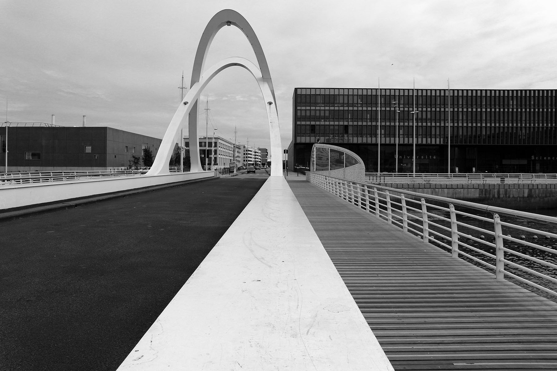 "Parcours Les Bassins. Seit 2005 führt die ""Pont des Docks"" über den Bassin Paul Vatine."