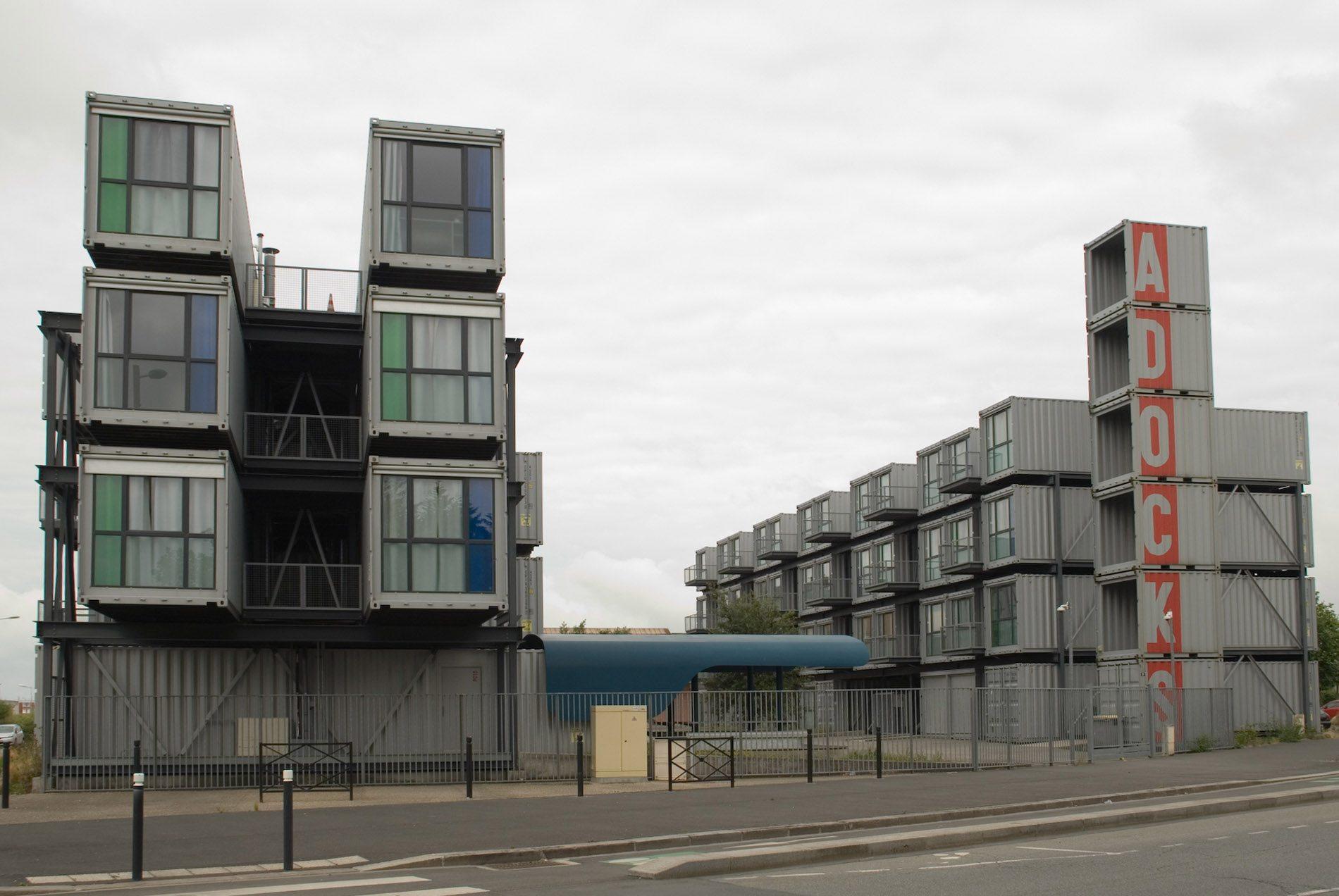 Parcours Les Bassins.  Passend zum Ort: Ein Studierenden-Wohnheim aus Containern. Jeder von Ihnen war garantiert bereits auf hoher See, bevor er hier verbaut wurde.