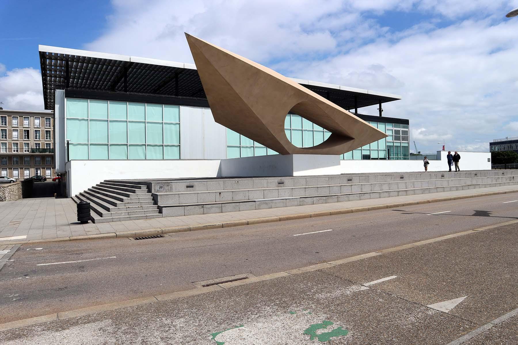 Parcours Vers le Port. Das Museum André Malraux (MUMA) war der erste Museumsneubau der französischen Nachkriegszeit. Der Kubus aus Glas und Metall wurde von den vier Architekten Guy Lagneau, Michel Weill, Jean Dimitrijevic und Raymond Audigier entworfen. Jean Prouvé entwarf den Sonnenschutz und die scheinbar schwebende Dachkonstruktion. Das MUMA zählt zu den bedeutendsten Museumsbauten der Moderne und besitzt heute eine der reichsten Sammlungen impressionistischer Meister.