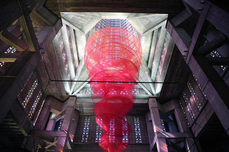 """Parcours La Ville Perret. In Perrets Église Saint-Joseph hängt """"Accumulation of Power"""" der japanischen Künstlerin Chiharu Shiota."""