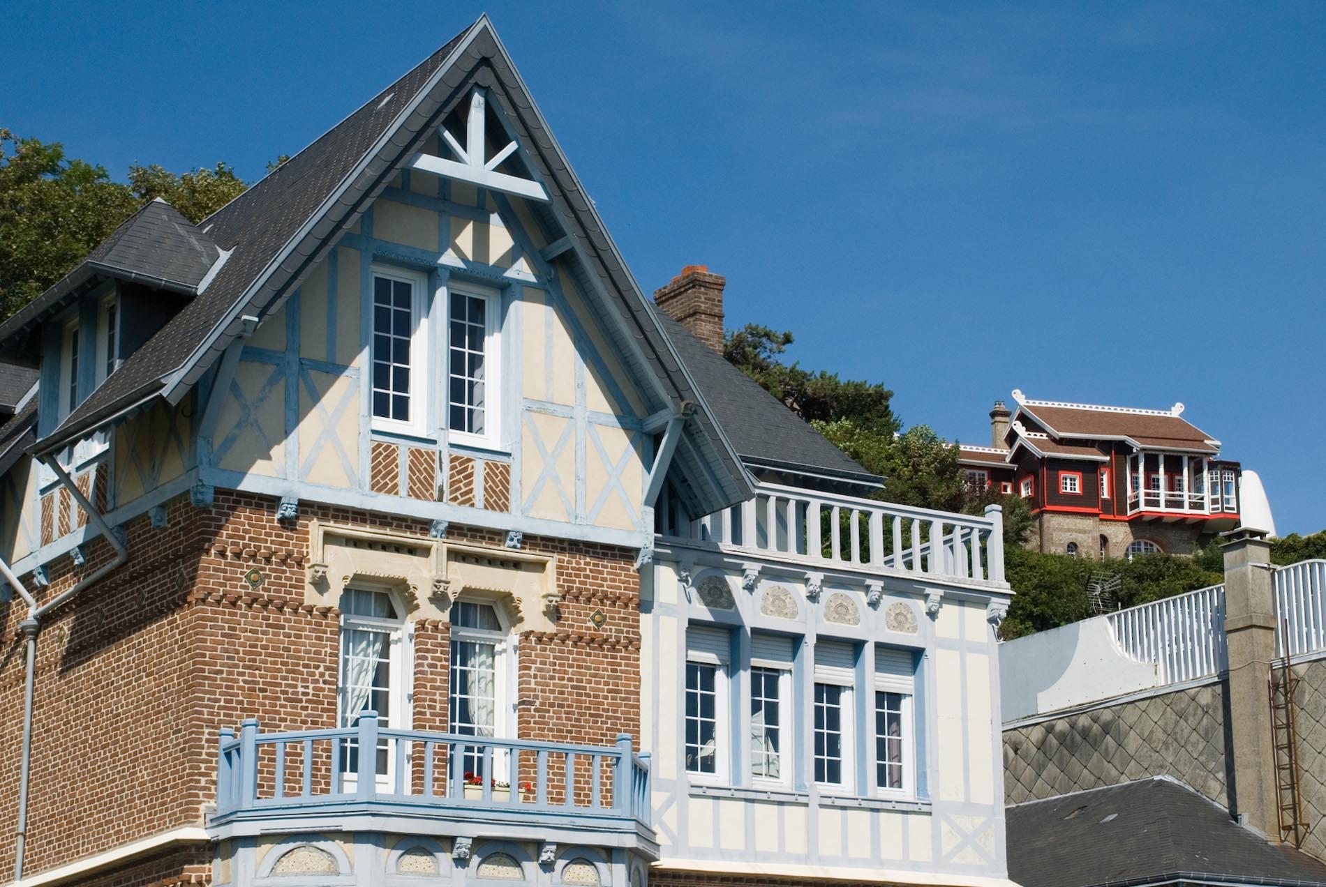Sainte-Adresse.  Hängt auf einer Klippe hoch über der Seine-Mündung. Wegen der Südausrichtung des Strandes wird der kleine französische Badeort auch das Nizza von Le Havre genannt.