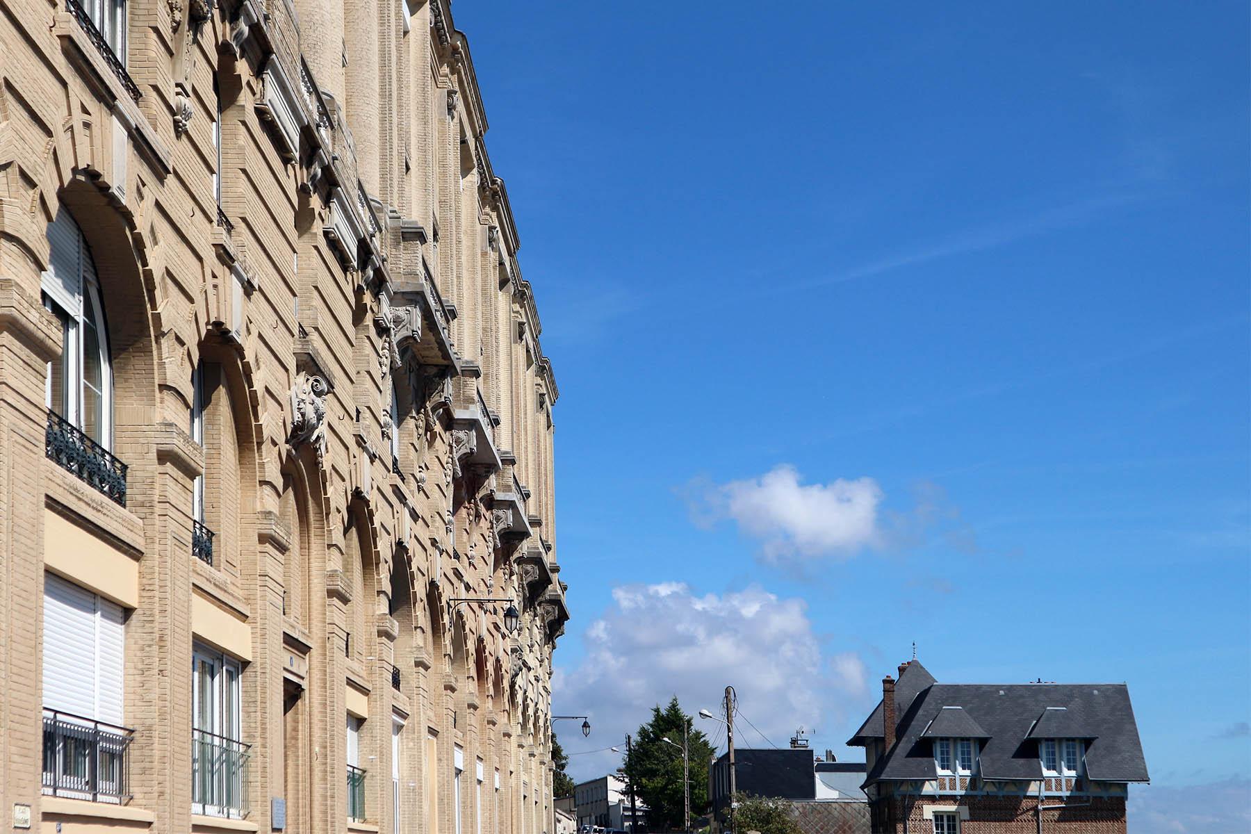 Sainte-Adresse. In den 1870er-Jahren wurde er mit einer Straßenbahn an Le Havre angebunden. An ihrer Endstation, an der Place Frederic Sauvage, ließ der Pariser Kaufhauskönig Georges Dufayel 1911 ein neoklassizistisches Erholungsheim für seine Angestellten errichten. Das blieb es aber nicht lange. Infolge des ersten Weltkriegs floh die belgische Regierung nach Frankreich. Von 1914-1918 wurde das Hotel an der Place Frederic Sauvage ihre Residenz und Sainte-Adresse belgische Hauptstadt.