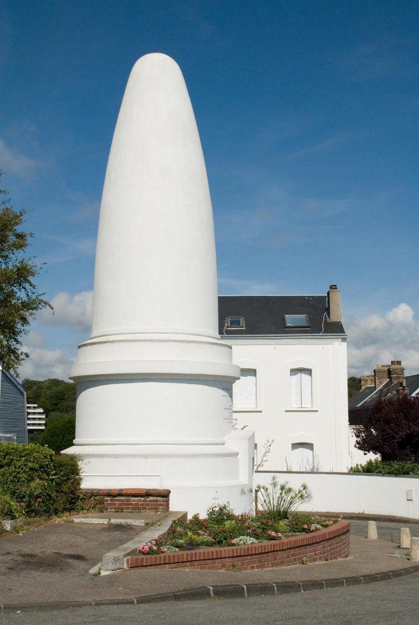 """Sainte-Adresse.  Das Denkmal """"Pain de Sucre (Zuckerhut)"""" wurde 1852 in Gedenken an Général-Comte Lefebvre-Desnouëttes von seiner Witwe Stéphanie Rollier errichtet Sein Schiff sank 1822 vor der irländischen Küste."""