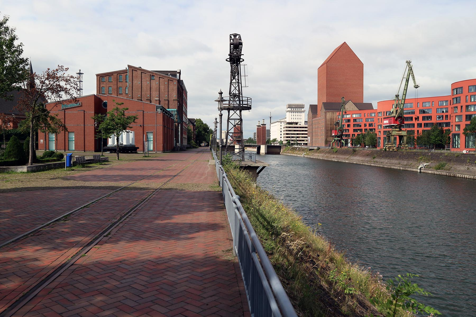 Innenhafen Duisburg. Links das Kultur- und Stadthistorische Museum, rechts das Landesarchiv.