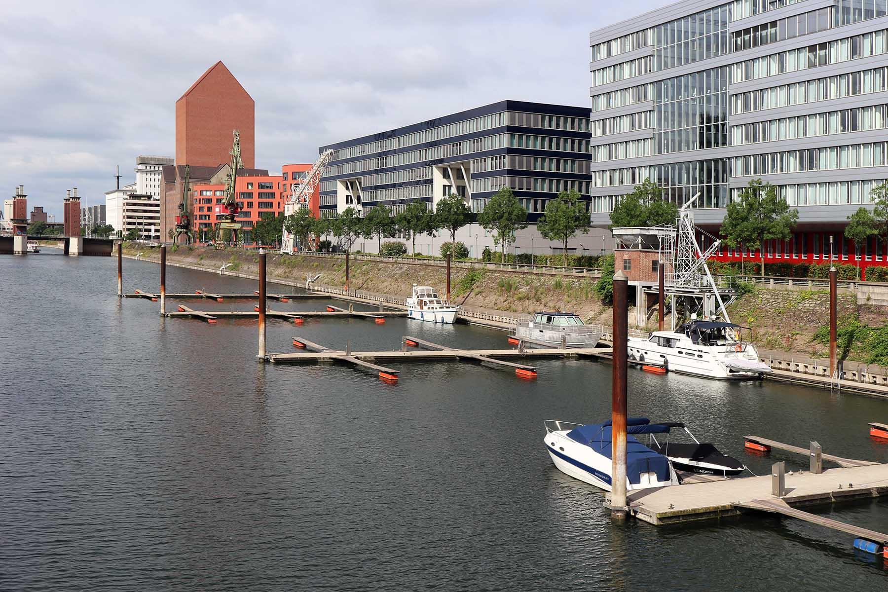 Innenhafen Duisburg. Marina mit dem hoch aufragenden Landesarchiv NRW von Ortner & Ortner Baukunst aus Düsseldorf.