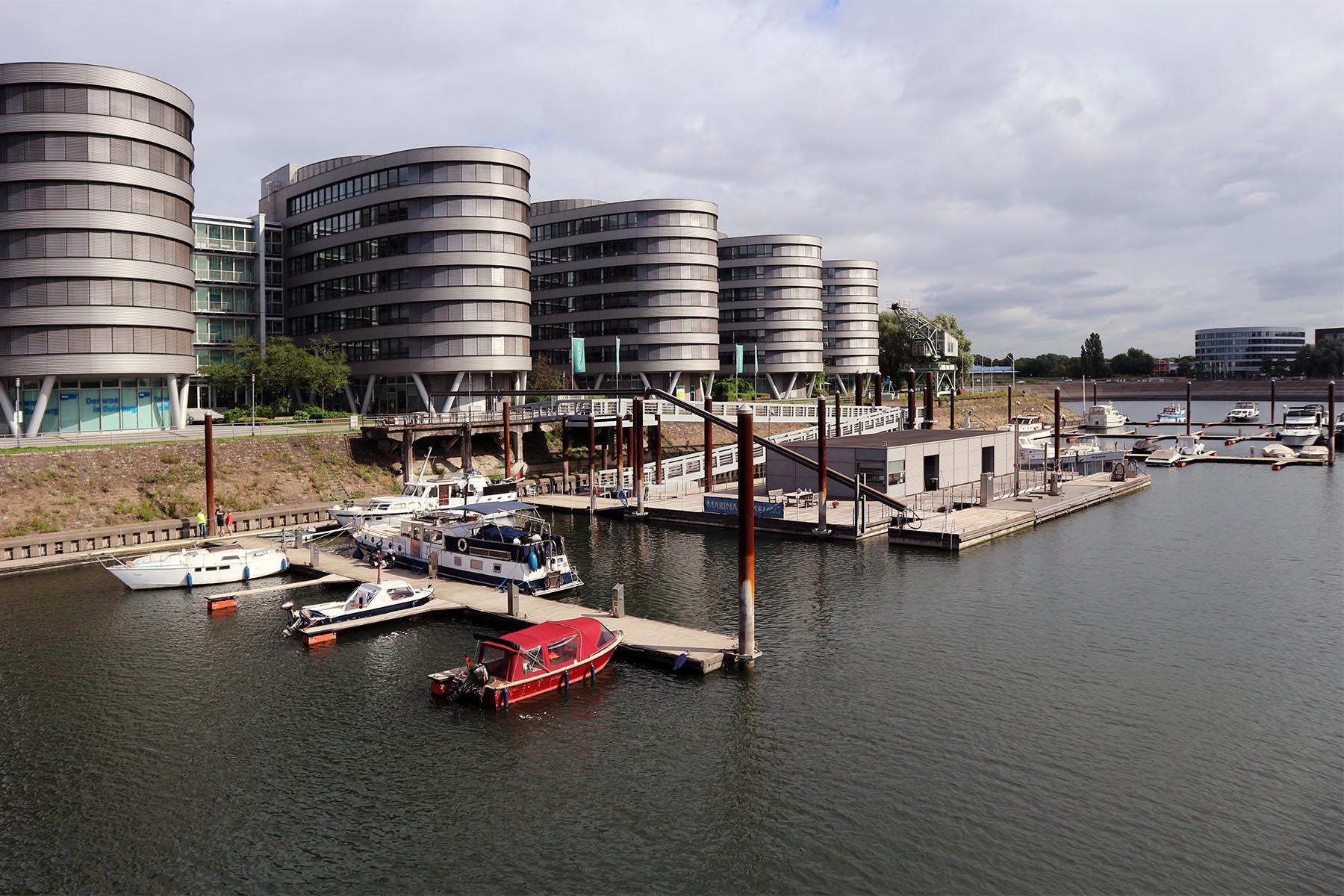 Five Boats. Im Vordergrund: ein Teil der Marina.