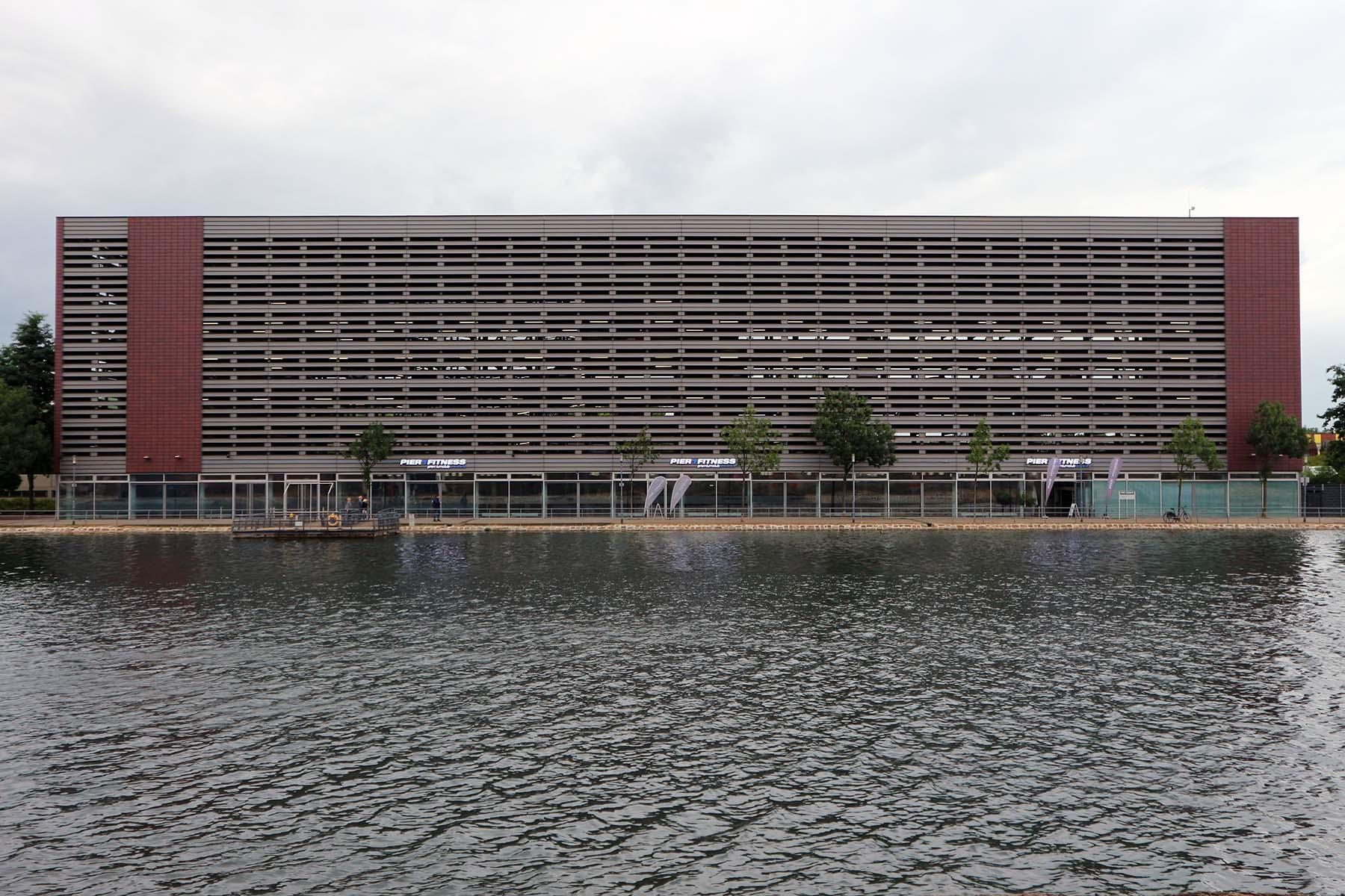 Pier Eins. von Reichel + Stauth, Fertigstellung 2007, Servicegebäude mit Parkhaus