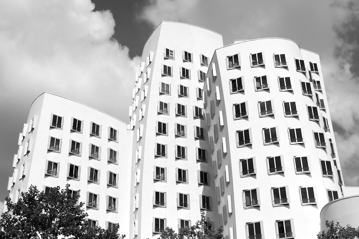 """Neuer Zollhof 1–3. Ende der 1980er wurde der """"Alte Zollhof"""" abgerissen, so dass Vorlauf, Entwicklung und Erschließung bis hin zur Eröffnung des Neuen Zollhofes ein Jahrzehnt dauerte."""