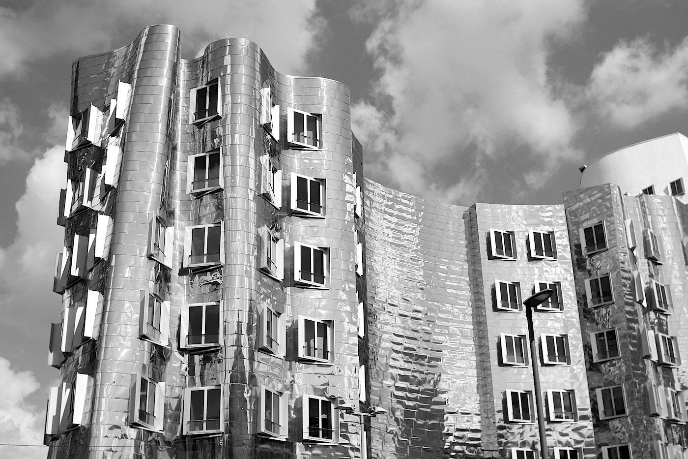 Neuer Zollhof 1–3.  Das Kunst- und Medienzentrum gliedert sich in drei kontrastreich gestaltete Gebäudeteile.