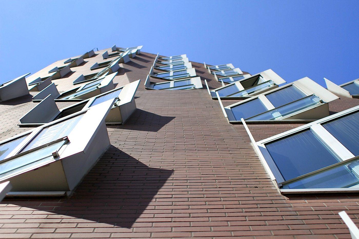 Neuer Zollhof 1–3.  Jedes aus den Rundungen der Fassaden hervorspringende Fenster des skulpturalen Gebäudekomplexes entstand in Sonderanfertigung.