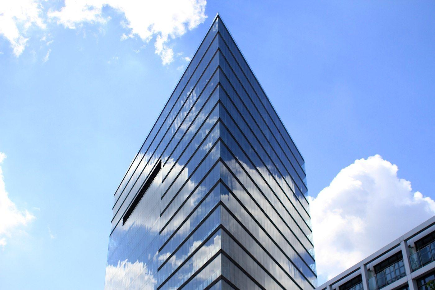 Stadttor 1. Von Overdiek Petzinka und Partner. Fertigstellung 1998. Wurde im gleichen Jahr der Fertigstellung mit dem MIPIM Award als weltbestes Bürogebäude ausgezeichnet. Mit 80 Meter Höhe ist der rhombische Glasbau der sichtbare südliche Eingang zur Innenstadt und ist u. a. Sitz der Staatskanzlei und des Ministerpräsidenten des Landes NRW.