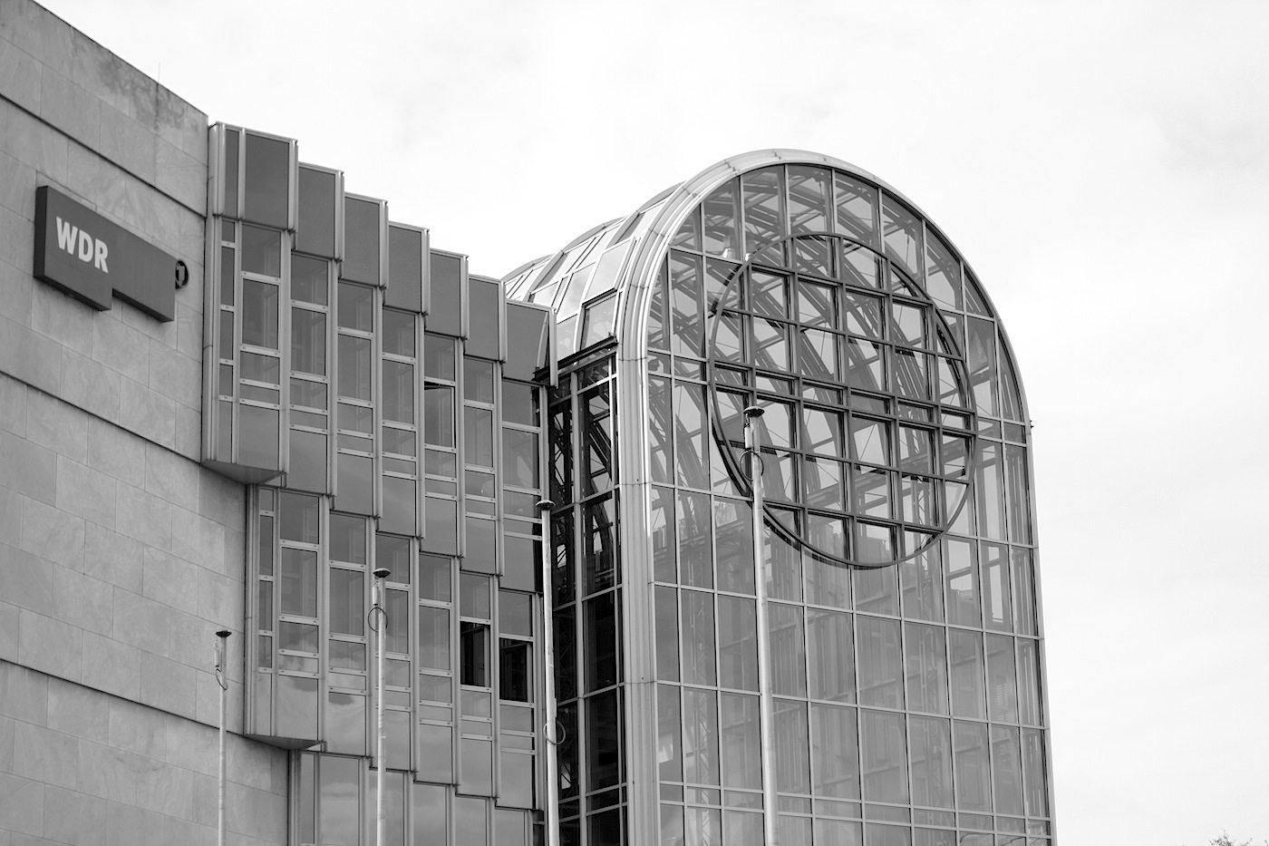 Westdeutscher Rundfunk, Funkhaus. Die 25 Meter hohe verglaste Eingangshalle soll einem Volksempfänger ähneln.