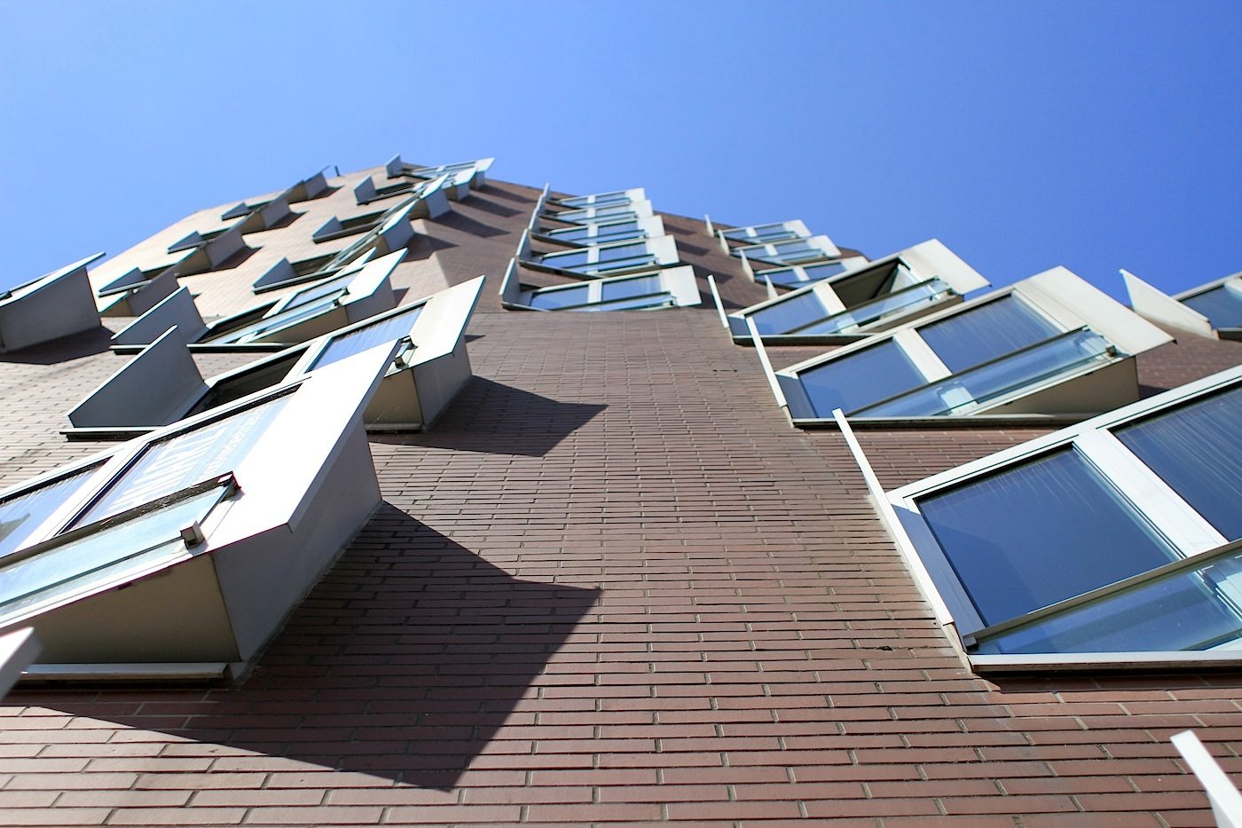 Neuer Zollhof 1–3.  Each of the windows projecting from the rounded façades also had to be specially designed.