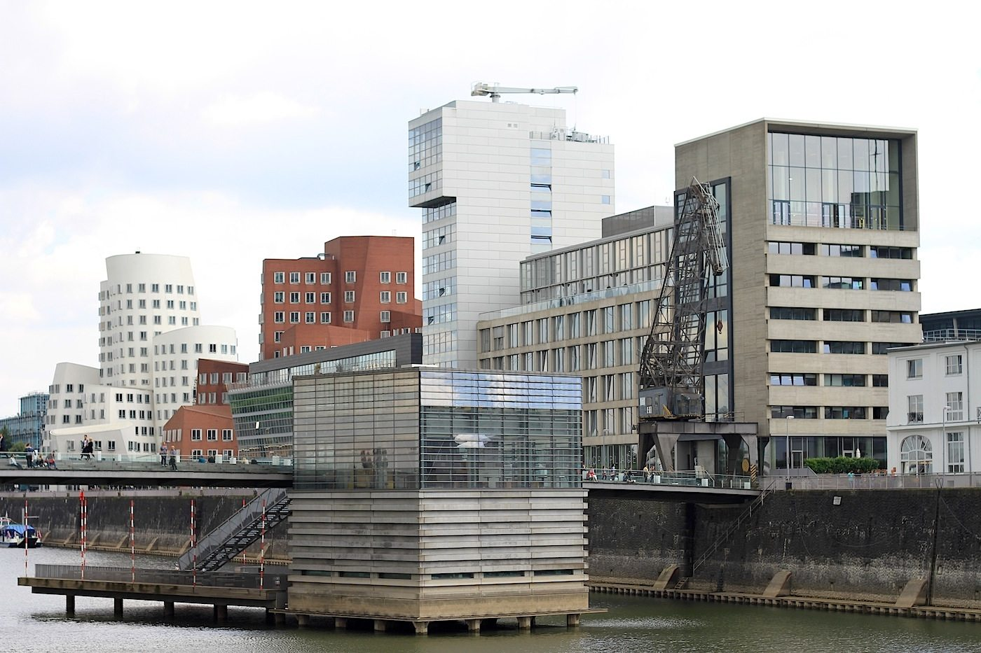 Am Handelshafen.  View from Julo-Levin-Ufer with the Gehry complex (Neuer Zollhof 1–3), the Chipperfield building, the bridge with the pavilion by sop architekten (slapa oberholz pszczulny). The white tower was planned by renowned American architect Steven Holl (with Ingenhoven Overdiek Kahlen + Partner).