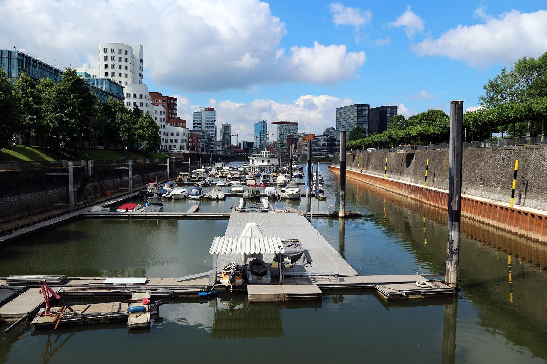 Medienhafen Düsseldorf.  Die Umwandlung begann ab 1990. Im Vergleich zum Rheinauhafen in Köln mit über 20 Hektar und dem Innenhafen Duisburg mit fast 90 Hektar standen hier nur etwa 10 Hektar zur Verfügung. Das Resultat nach fast zwei Jahrzehnten ist ein Areal mit dichter und kontrastreicher Hafenarchitektur mit maritimem Bezug.