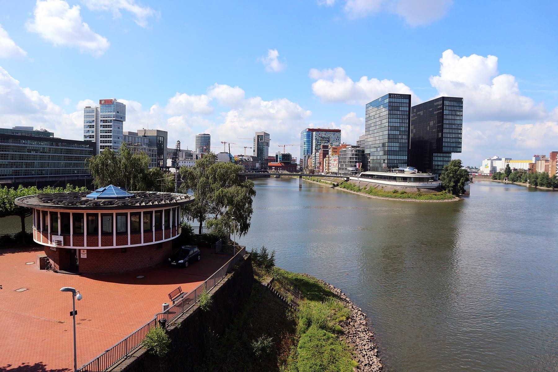 Medienhafen Düsseldorf. Die Umstrukturierung des Areals gilt als gelungenes Beispiel für die Umgestaltung alter Industrie- und Gewerbeflächen. Der Dienstleistungsstandort hat sich mit mehr als 800 Unternehmen und Institutionen mit über 8.000 Beschäftigten etabliert.