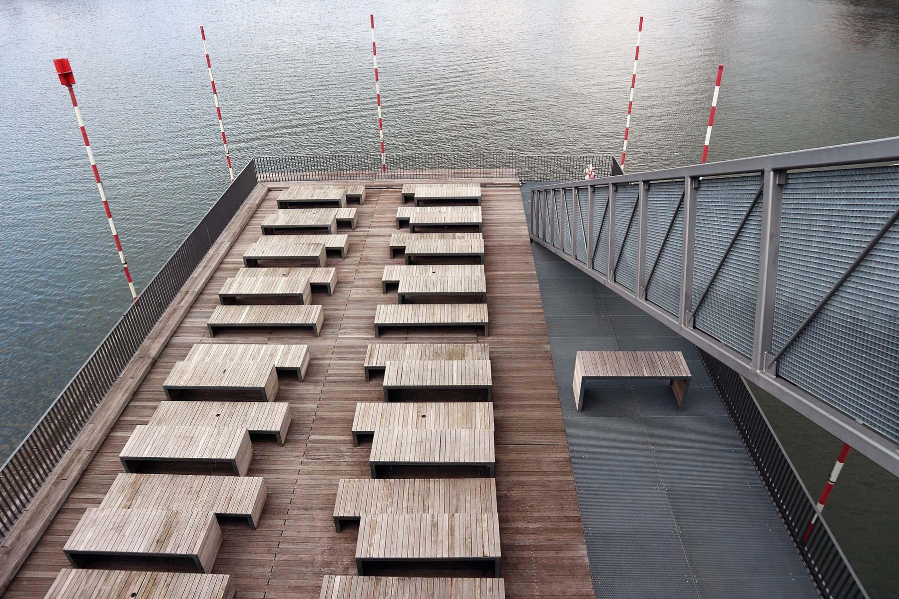 The Living Bridge. wurde mit einem gläsernen Brückenhaus für ein Restaurant auf zwei Etagen und mit Terrasse gestaltet.