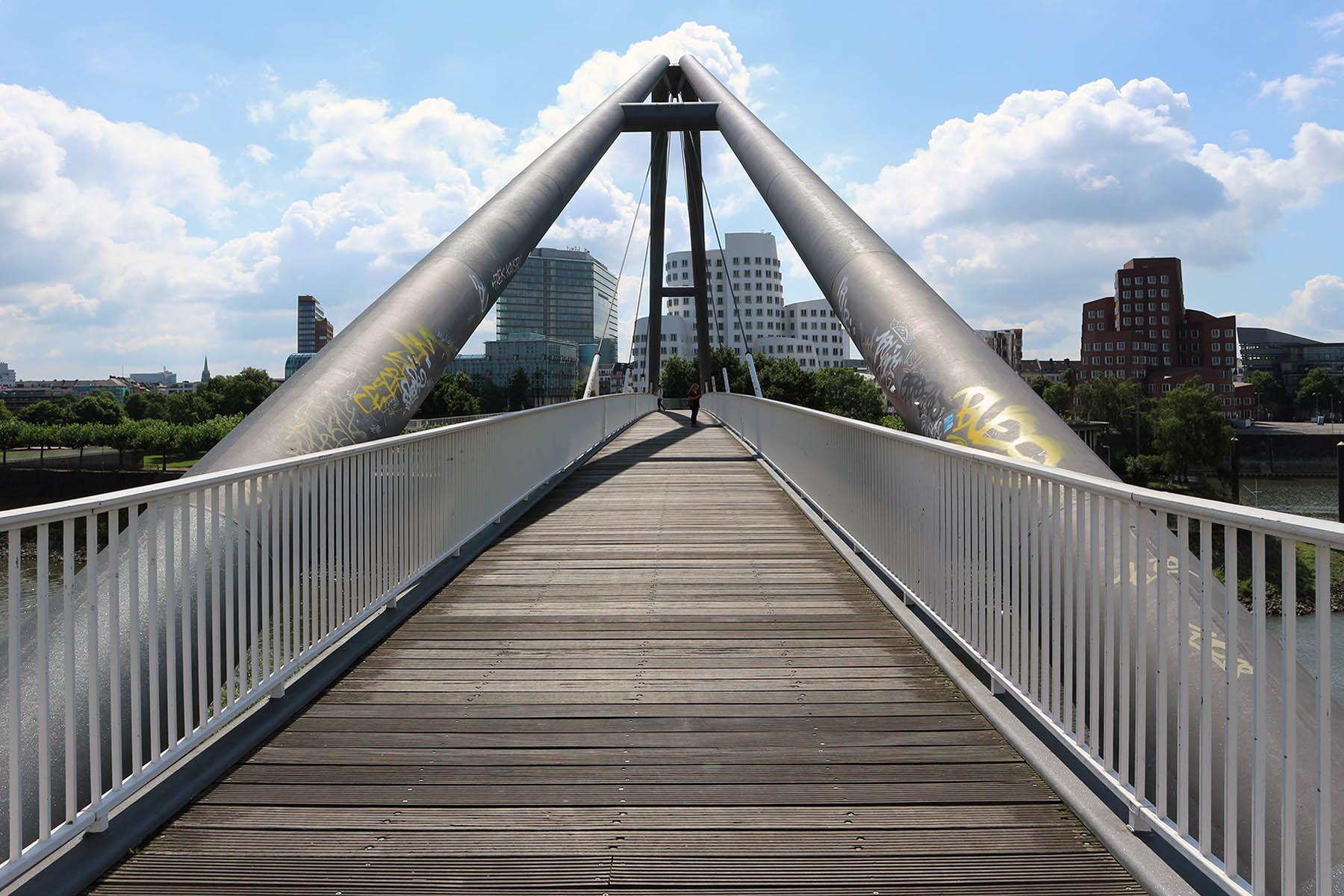 Hafenbrücke. Entwurf und Planung Schüßler-Plan Ingenieurgesellschaft mbH. Fertigstellung der Hängesprengwerkbrücke 1992