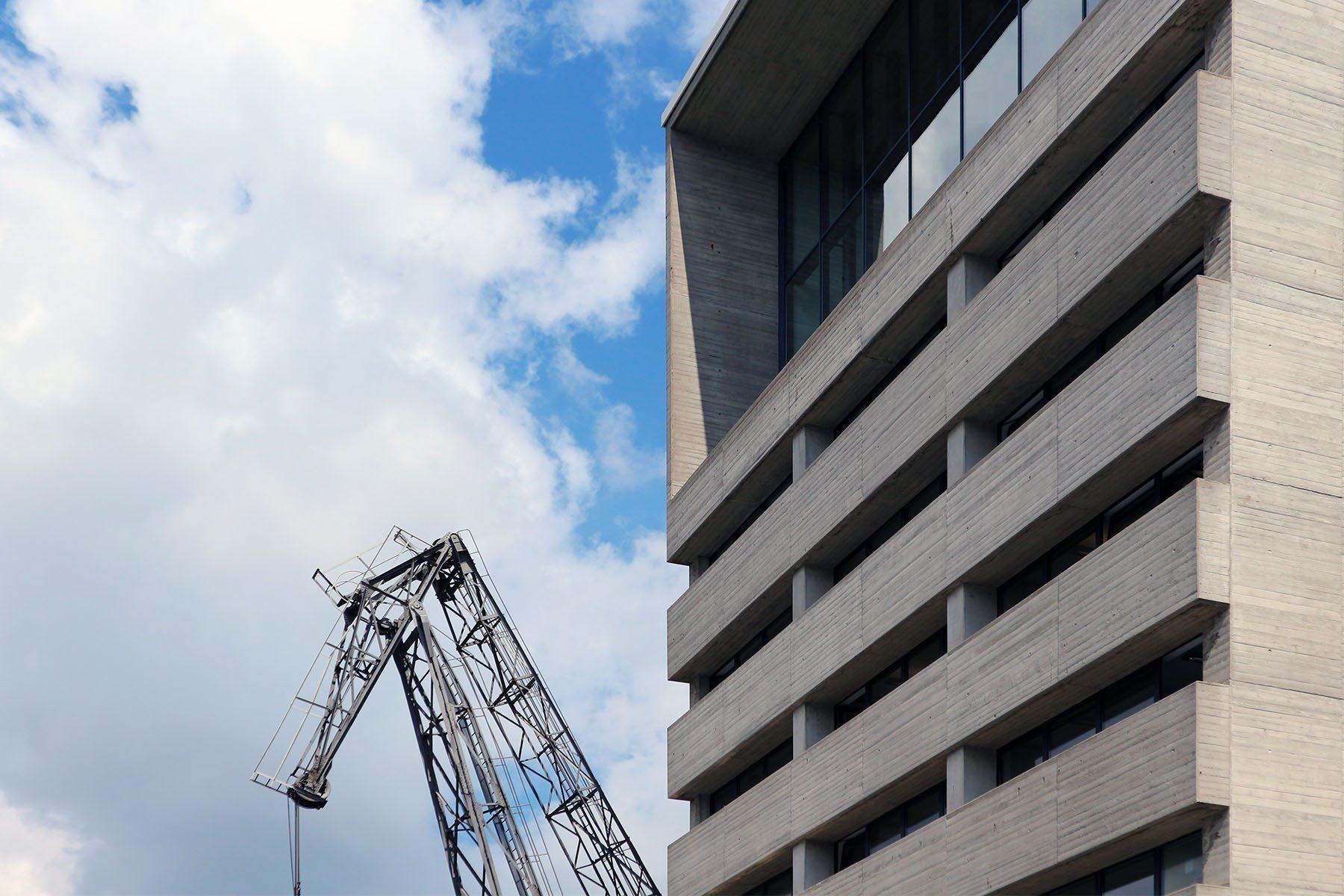 Kaistraße 16.  Von David Chipperfield. Fertigstellung: 1997. Minimalistischer Gebäudeblock in Sichtbeton.