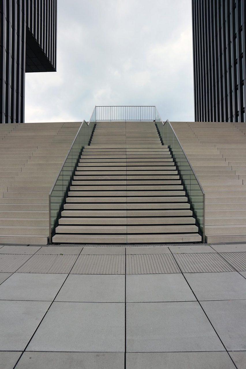 Spitze der Speditionstraße 19.  Von sop architekten im Auftrag von JSK Architekten, Frankfurt. Fertigstellung 2010. Zwei jeweils 65 Meter hohe Zwillingstürme, im linken befindet sich das Hyatt Regency Hotel, rechts sind Büros.